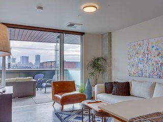 Sleek condo w/ roomy shared spaces & amazing location for exploring NW PDX!