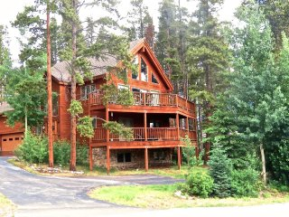 Walk to Shuttle or Ski Down to Snowflake Lift, Ski Home to your Hot Tub (212448)