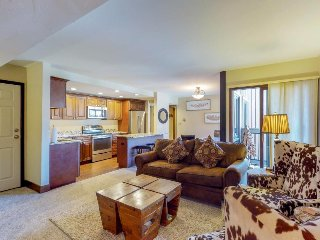 Classy condo w/ shared hot tubs, shared pool, & onsite golf - easy slope access!