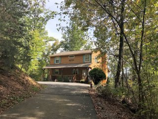 Tiffany Ridge Cabin; 2-7 Guests; 2 Bath, WiFi; 1.5 mi to Dollywood/Splash Cntry