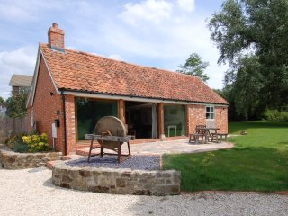 BRAMBLE BARN, stylish converted cart shed with woodland views, close to