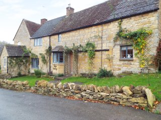 FORGE COTTAGE, WiFi, exposed wooden beams, en-suite, in the Cotswolds,Ref 959800