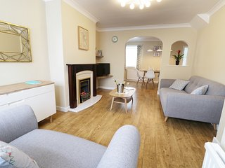 NO. 1 KELLY COTTAGES, WIFI, Smart TV, centre of Scarborough, Ref 957472