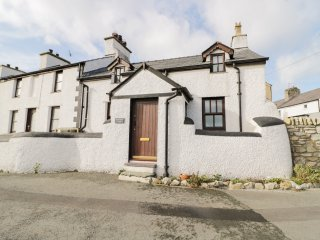 SNOWDON VIEW, open fire, three bedrooms, views of Anglesey and Snowdonia, in