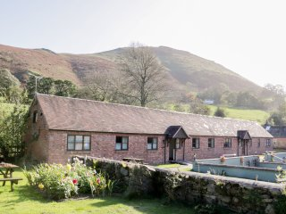 RAGLETH COTTAGE, open plan, hillside views, pet friendly, in All Stretton, Ref.