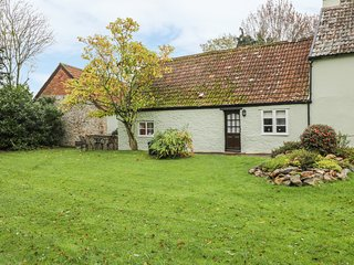THE STABLES, annexe, ideal for couples, private garden, in Blagdon Hill, near