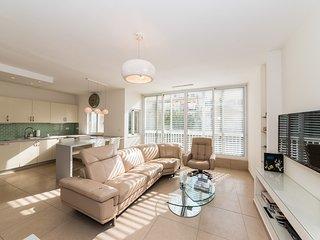 Gordon Beach – New 3 Bedroom Apartment (Free Parking)