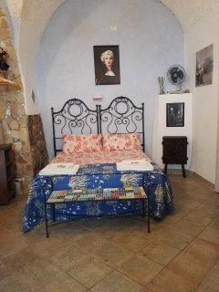 camera da letto con letto in ferro battuto 800