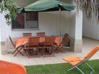 PATIO della Villa con tavolo e sedie in legno  e ombrellone