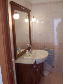 PIANO SUPERIORE: Bagno completo di doccia in corridoio.