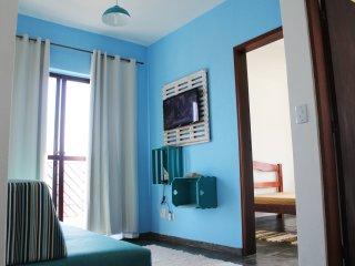 Apartamento com sacada a 300m da praia da Cocanha em Caraguatatuba