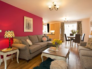 Stunning central Wells house, sleeps 8 plus cot, patio, parking. Wow! factor.