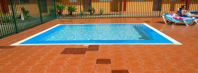 Childrens' splash pool