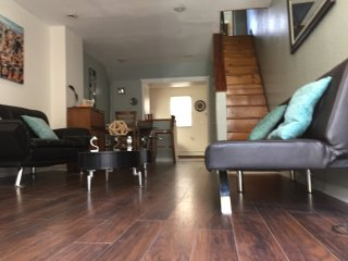 Nicely Designed Spacious House Near Everything, Mins from Center City
