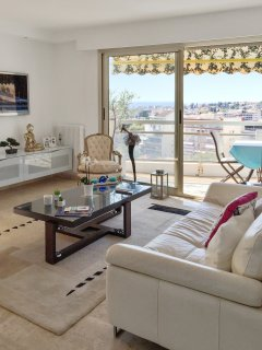 Luxury flat w/ balcony and sea view