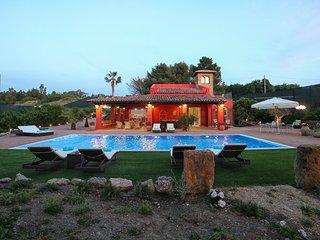 Dimora A'Turri: fantastica villa con piscina a due passi dal mare