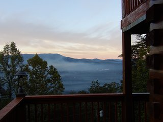 NOV Bear Hug Special Rate! Yogi's Den: Breathtaking view 3 min to Dollywood!
