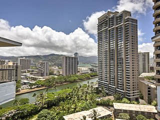 Updated Honolulu Condo w/ Ocean View - Near Beach!