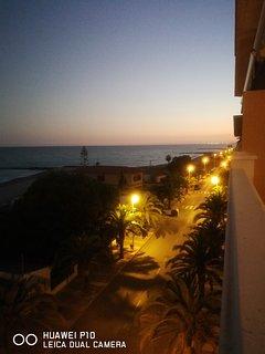 Vista panorámica nocturna desde terraza principal