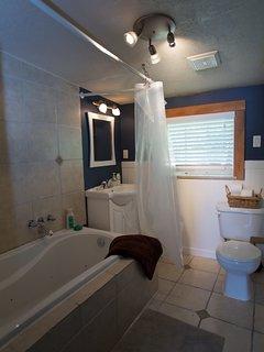 Beach Cottage: main full bathroom