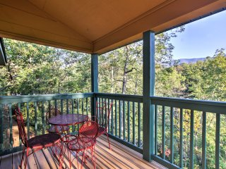 Cozy Gatlinburg Cabin w/ Deck & Mountain Views!