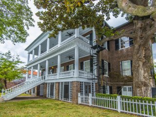 Perfect downtown location... Walk to everything downtown Charleston has of offer