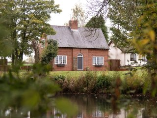 BUTLERS COTTAGE IN DELIGHTFUL SETTING