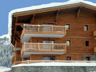 ChantelI - stunning ski in and out 3 bedroom apartment, with access to a pool