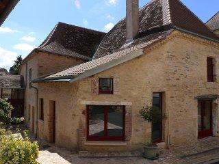 près Jumilhac le Grand Maison ancienne rénovée dans un petit village paisible