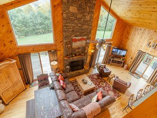 4BR/3BA Fantastic Log Cabin in Great Location, Hot Tub, View of Grandfather