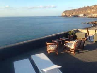 Podrás disfrutar de vistas al mar en primera linea, tomando el sol, leyendo..