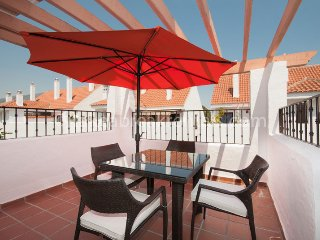 Refurbished 2 bed apartment walking distance to Puerto Banus and restaurants