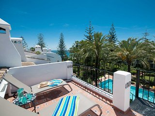 Beachfront penthouse with pool/sea views close to restaurants and amenities