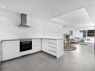 Stylish and modern holiday apartment walking distance to beach and amenities