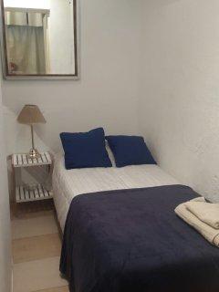 Dormitorio con cama de una plaza.