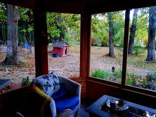 La Luciernaga es una casa realizada con materiales ecologicos en un valle.