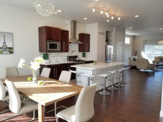 Luxurious Modern 5BDR/5BA Home. Rooftop Deck. Close to everything! Sleeps 10