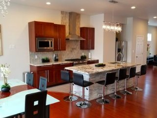 Brand New Luxurious Home. Close to Downtown. 5 BDR/5 Baths. Sleeps 10.