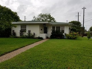 Lg 3 BR, 2 BA, sleeps 10, 2 car garage + WiFi, private backyard