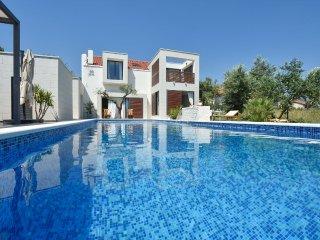 Wonderful vacation house with a pool, Kastela
