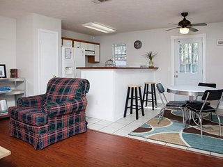 Affordable Cozy Bungalow 3BR/2BA**Close to Stores/Beach/Downtown**Groups up to 8