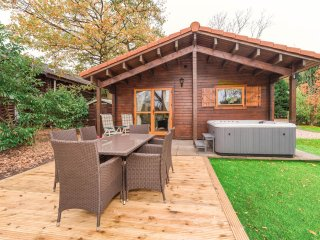 WATERSIDE LODGE 2 DUCK LAGOON TATTERSHALL LAKES. PRIVATE FISHING/HOT TUB (Nov17)