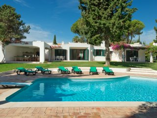 Impressive 5bedroom villa for 12, wifi, table tennis, private pool, large garden