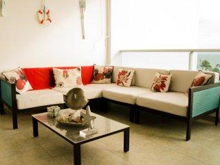 ★Beachfront Apt W/ Wifi, Pool +Lounging Furniture