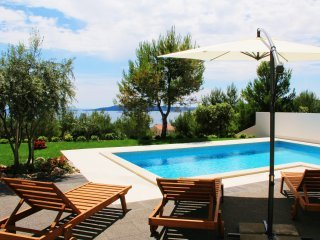 Charming villa in Trogir with private pool and sea view, vacation rental in Donji Seget