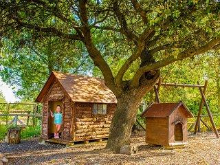 casa madera y columpios