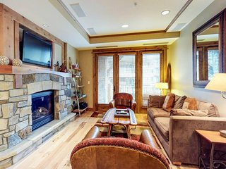 Modern condo w/ shared pool/hot tub, golf, & tennis - gondola views, skiing!