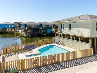 Spacious family home w/ shared pool & balcony, pond view - walk to the beach!