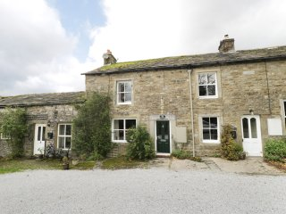 POPPY COTTAGE, wood burner, exposed beams, pet friendly, in Kettlewell, Ref. 969