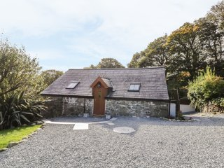 YR HEN BEUDY, exposed wooden beams, en-suite, WIFI, Ref 968497